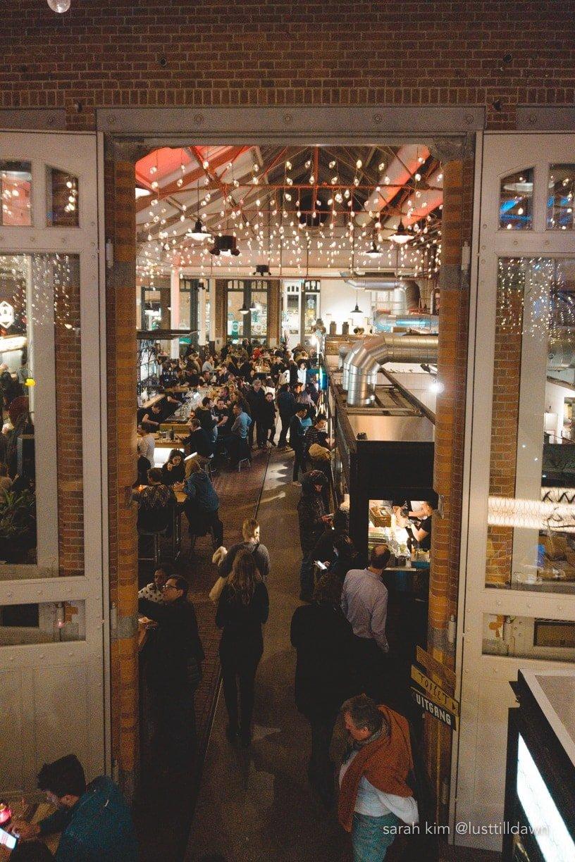 de foodhallen amsterdam gluten vrij gluten free people crowded bar scene FENTO bulls and dogs meneer temaki